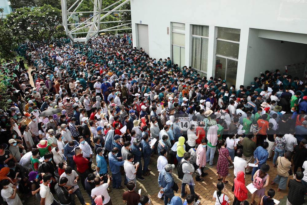 Ảnh, clip: Hơn 9.000 người tại TP.HCM đến Nhà thi đấu Phú Thọ chờ tiêm vaccine COVID-19 - Ảnh 2.