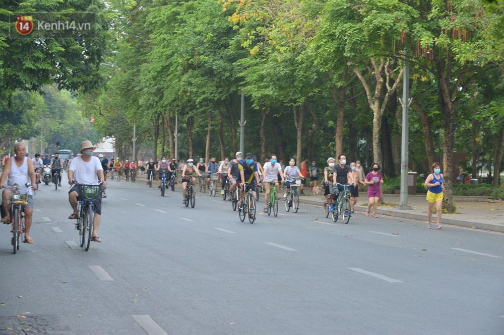 Ảnh, clip: Sáng nay, dân Hà Nội mở đường đua xe đạp đông nghịt quanh Hồ Gươm bất chấp quy định không tụ tập phòng dịch Covid-19 - Ảnh 3.
