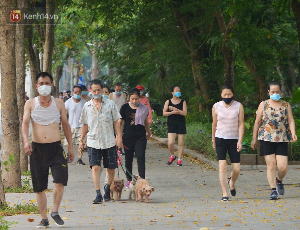 Ảnh, clip: Sáng nay, dân Hà Nội mở đường đua xe đạp đông nghịt quanh Hồ Gươm bất chấp quy định không tụ tập phòng dịch Covid-19 - Ảnh 10.