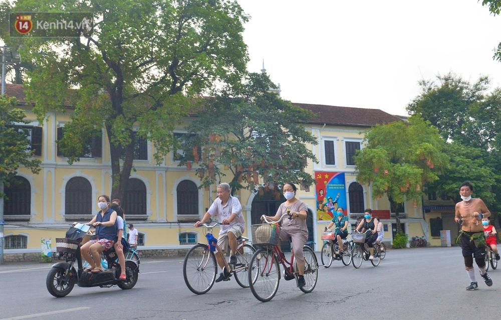 Ảnh, clip: Sáng nay, dân Hà Nội mở đường đua xe đạp đông nghịt quanh Hồ Gươm bất chấp quy định không tụ tập phòng dịch Covid-19 - Ảnh 18.