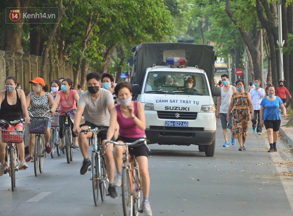 Ảnh, clip: Sáng nay, dân Hà Nội mở đường đua xe đạp đông nghịt quanh Hồ Gươm bất chấp quy định không tụ tập phòng dịch Covid-19 - Ảnh 14.