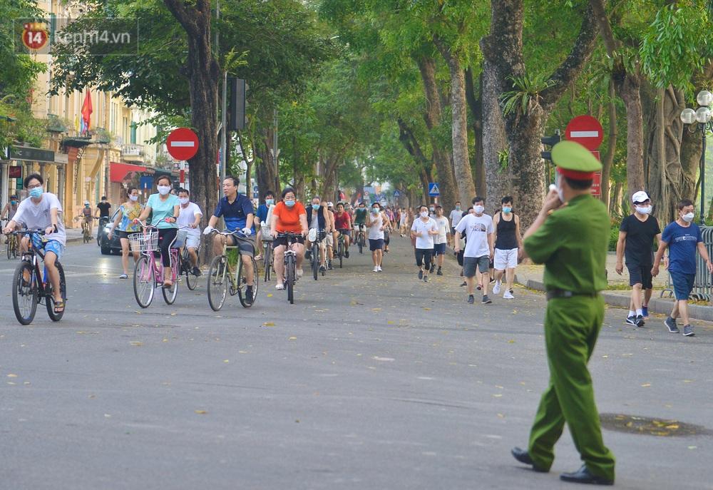 Ảnh, clip: Sáng nay, dân Hà Nội mở đường đua xe đạp đông nghịt quanh Hồ Gươm bất chấp quy định không tụ tập phòng dịch Covid-19 - Ảnh 15.