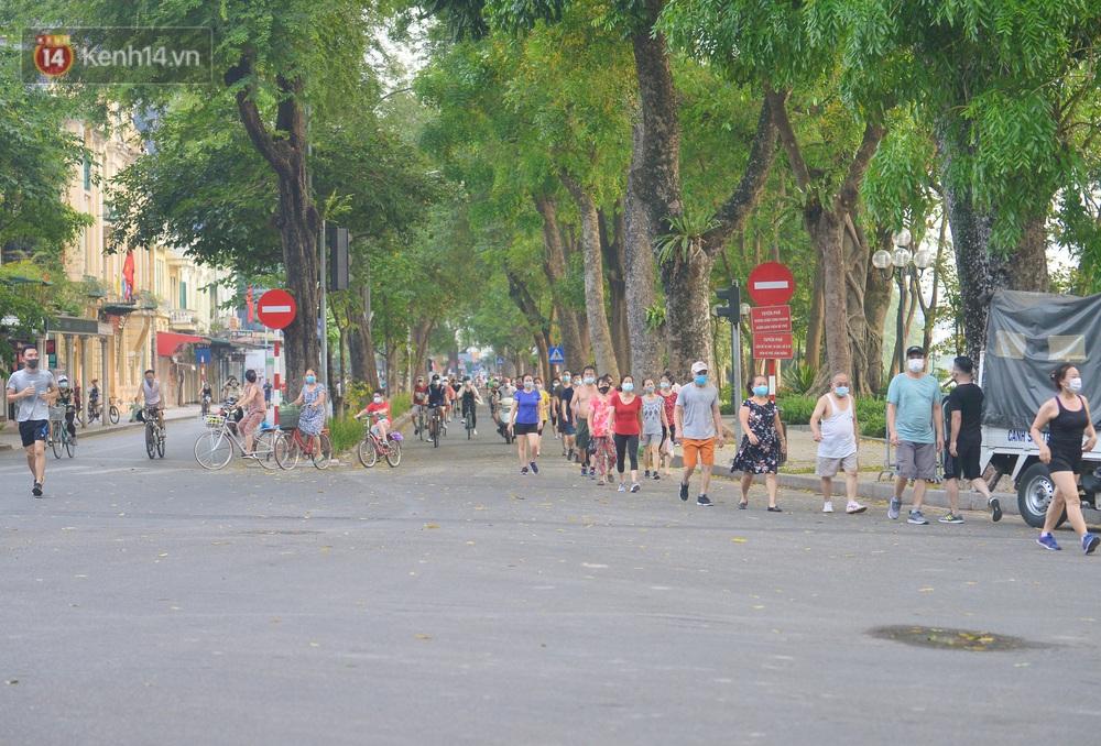 Ảnh, clip: Sáng nay, dân Hà Nội mở đường đua xe đạp đông nghịt quanh Hồ Gươm bất chấp quy định không tụ tập phòng dịch Covid-19 - Ảnh 2.