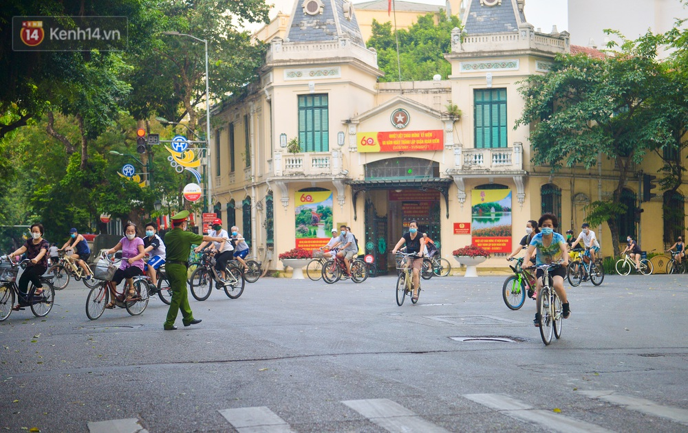 Ảnh, clip: Sáng nay, dân Hà Nội mở đường đua xe đạp đông nghịt quanh Hồ Gươm bất chấp quy định không tụ tập phòng dịch Covid-19 - Ảnh 17.