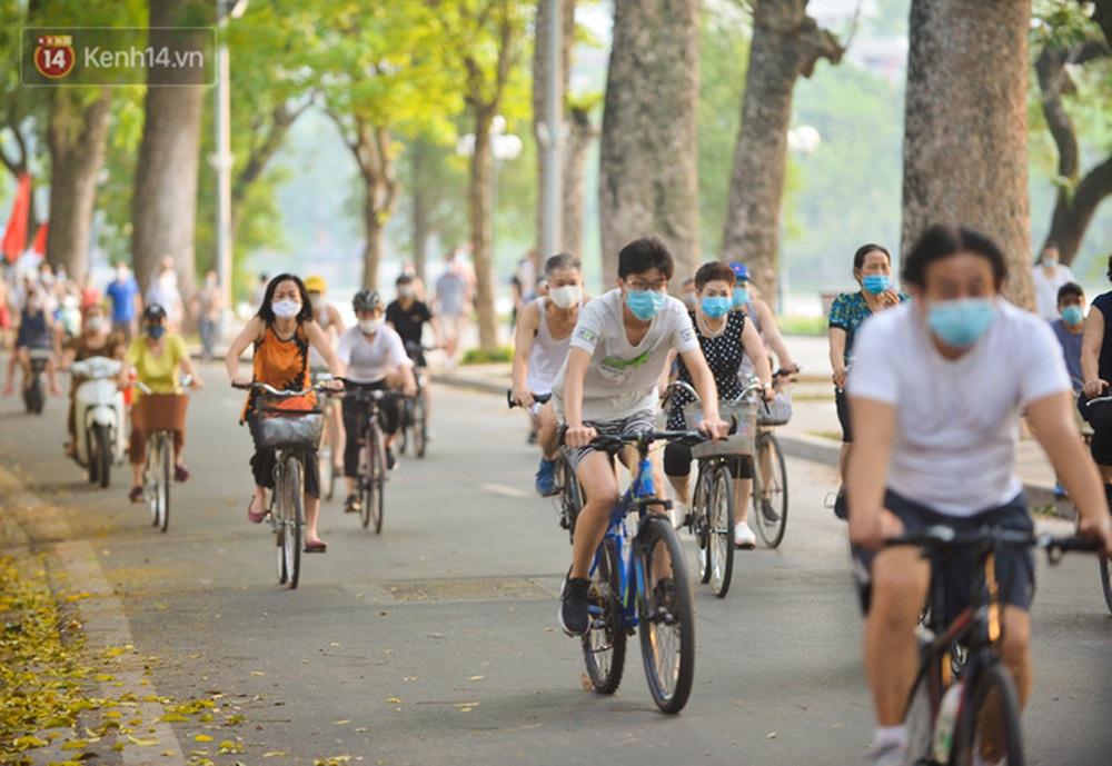 Ảnh, clip: Sáng nay, dân Hà Nội mở đường đua xe đạp đông nghịt quanh Hồ Gươm bất chấp quy định không tụ tập phòng dịch Covid-19 - Ảnh 5.