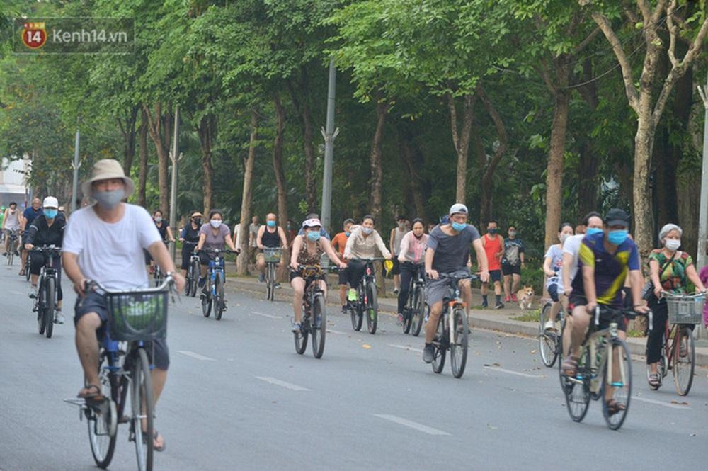 Ảnh, clip: Sáng nay, dân Hà Nội mở đường đua xe đạp đông nghịt quanh Hồ Gươm bất chấp quy định không tụ tập phòng dịch Covid-19 - Ảnh 6.