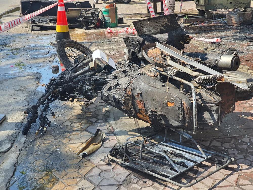 Ảnh: Hiện trường kinh hoàng vụ cháy tiệm bán đồ điện khiến cả gia đình 4 người chết thảm - Ảnh 8.