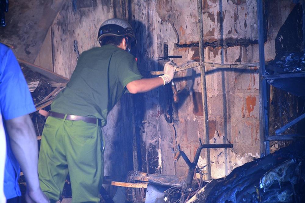 Ảnh: Hiện trường kinh hoàng vụ cháy tiệm bán đồ điện khiến cả gia đình 4 người chết thảm - Ảnh 5.
