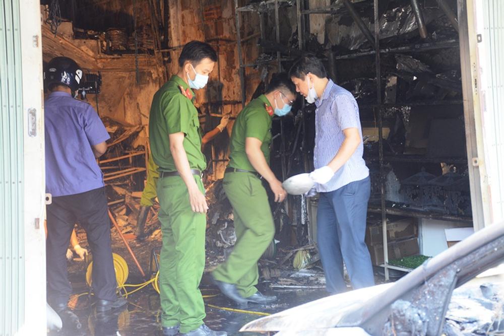 Ảnh: Hiện trường kinh hoàng vụ cháy tiệm bán đồ điện khiến cả gia đình 4 người chết thảm - Ảnh 2.