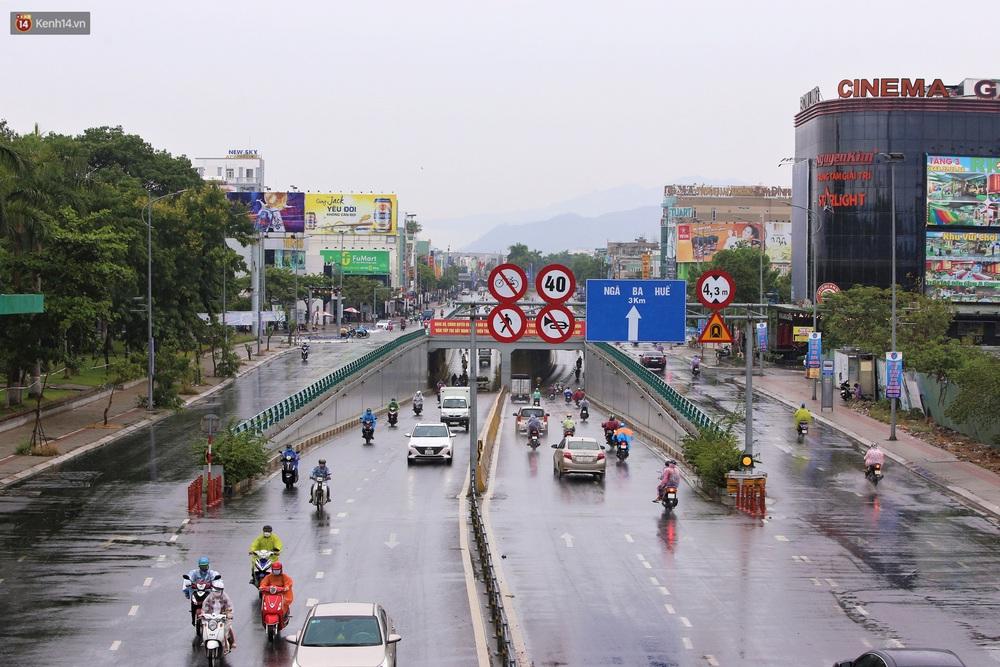 Ảnh: Đà Nẵng đón cơn mưa vàng cuối tuần, chấm dứt chuỗi ngày nắng nóng 40 độ C - Ảnh 4.