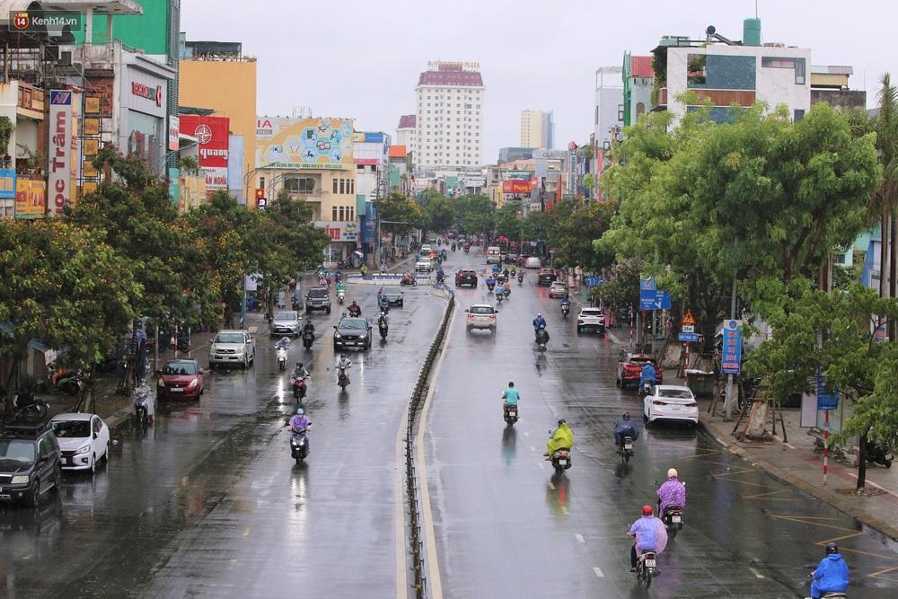 Ảnh: Đà Nẵng đón cơn mưa vàng cuối tuần, chấm dứt chuỗi ngày nắng nóng 40 độ C - Ảnh 8.