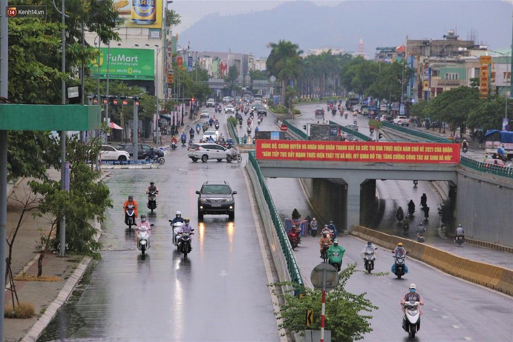 Ảnh: Đà Nẵng đón cơn mưa vàng cuối tuần, chấm dứt chuỗi ngày nắng nóng 40 độ C - Ảnh 12.