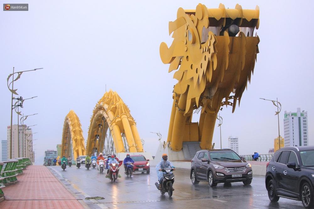 Ảnh: Đà Nẵng đón cơn mưa vàng cuối tuần, chấm dứt chuỗi ngày nắng nóng 40 độ C - Ảnh 1.