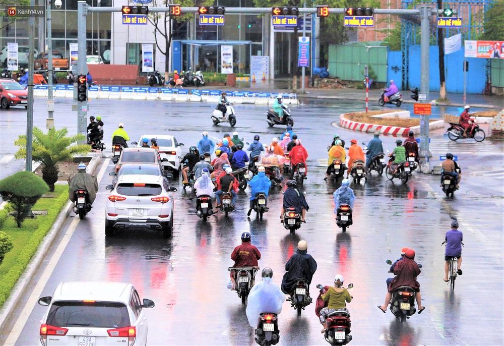 Ảnh: Đà Nẵng đón cơn mưa vàng cuối tuần, chấm dứt chuỗi ngày nắng nóng 40 độ C - Ảnh 10.