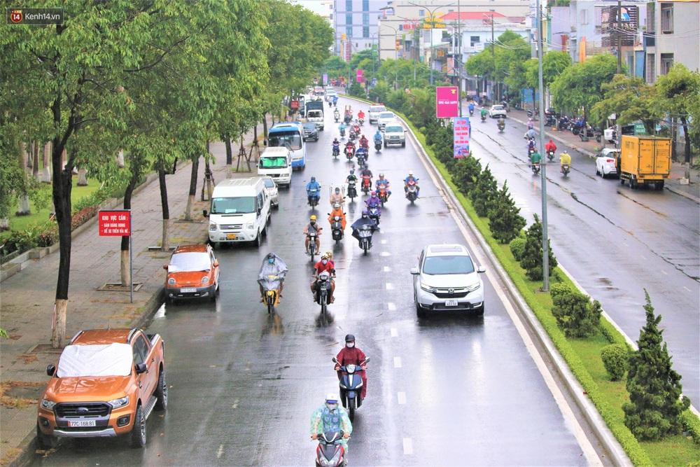 Ảnh: Đà Nẵng đón cơn mưa vàng cuối tuần, chấm dứt chuỗi ngày nắng nóng 40 độ C - Ảnh 6.