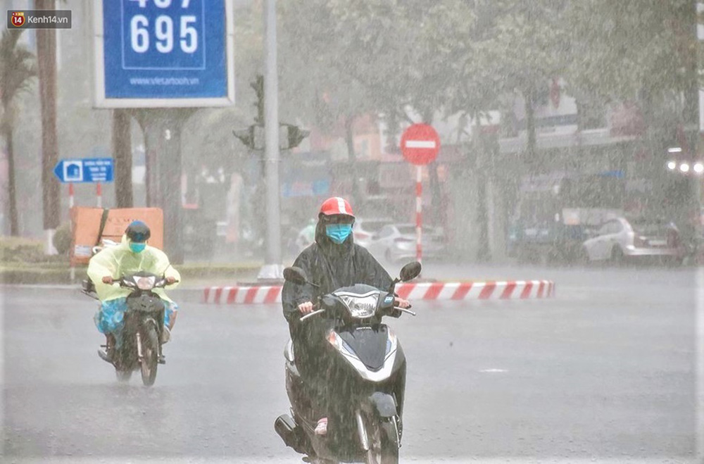 Ảnh: Đà Nẵng đón cơn mưa vàng cuối tuần, chấm dứt chuỗi ngày nắng nóng 40 độ C - Ảnh 2.