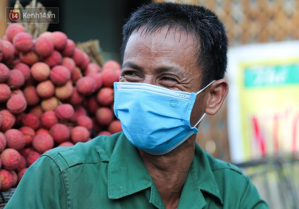 Ảnh: Nông dân Bắc Giang nối đuôi nhau chở vải thiều ra chợ, đường quê đỏ rực một màu - Ảnh 10.