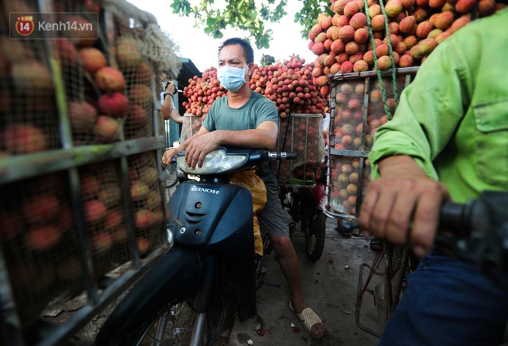Ảnh: Nông dân Bắc Giang nối đuôi nhau chở vải thiều ra chợ, đường quê đỏ rực một màu - Ảnh 5.