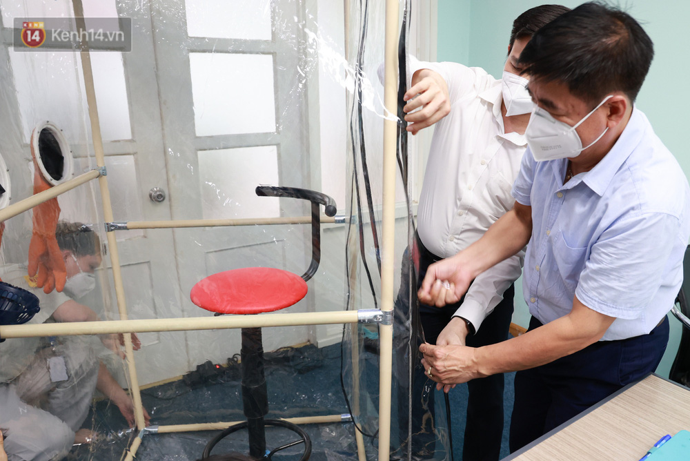 Cận cảnh buồng lấy mẫu xét nghiệm Covid-19 di động: Chi phí chỉ 10 triệu, giúp nhân viên y tế thoát khỏi đồ bảo hộ - Ảnh 4.
