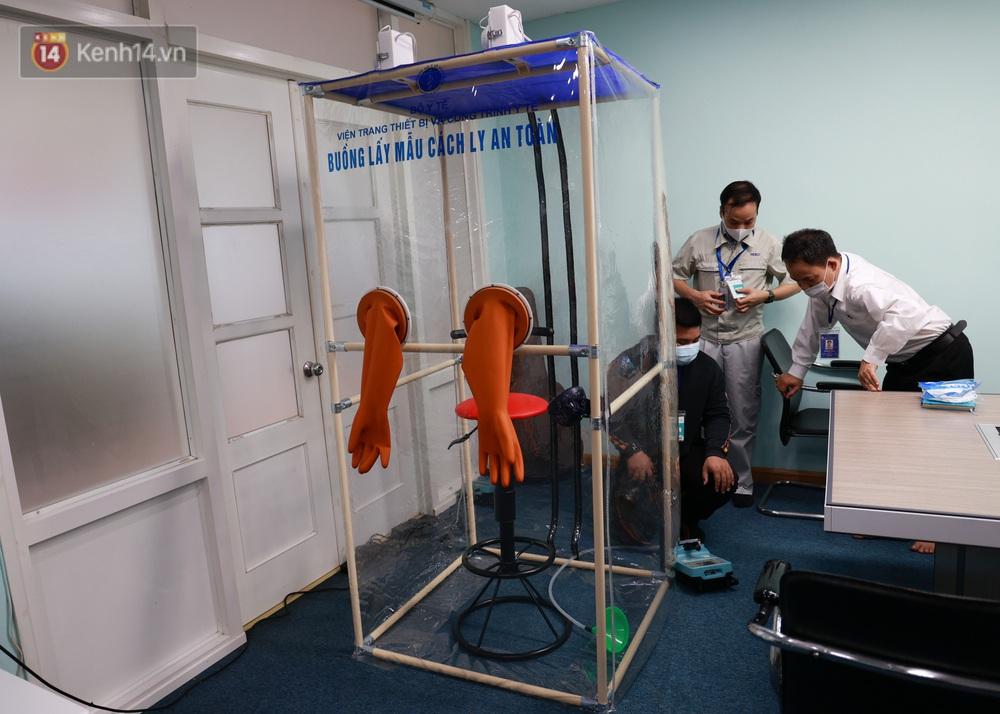 Cận cảnh buồng lấy mẫu xét nghiệm Covid-19 di động: Chi phí chỉ 10 triệu, giúp nhân viên y tế thoát khỏi đồ bảo hộ - Ảnh 1.