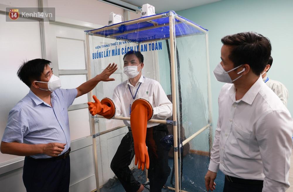 Cận cảnh buồng lấy mẫu xét nghiệm Covid-19 di động: Chi phí chỉ 10 triệu, giúp nhân viên y tế thoát khỏi đồ bảo hộ - Ảnh 2.