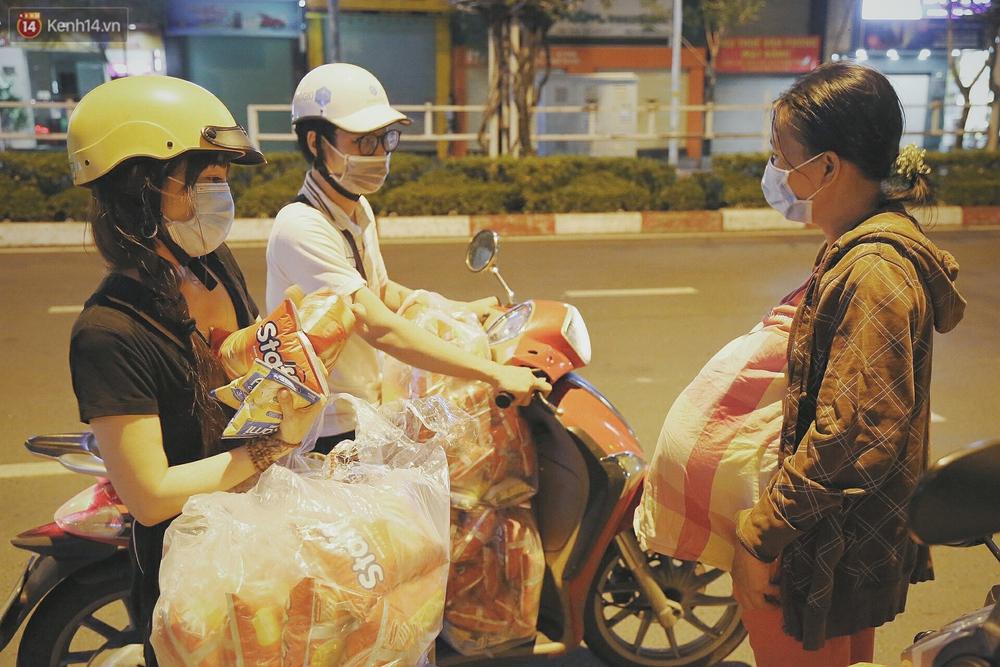Người vô gia cư lay lắt trong đêm đầu Sài Gòn giãn cách: Con không có nhà, tối con ra Cầu Mống mà ngủ - Ảnh 10.