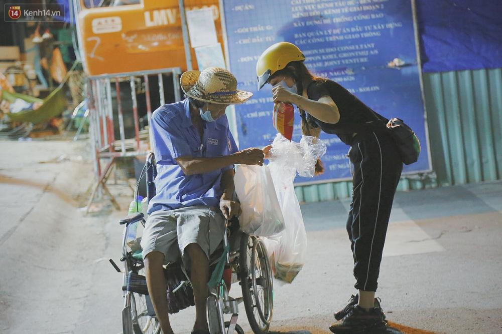Người vô gia cư lay lắt trong đêm đầu Sài Gòn giãn cách: Con không có nhà, tối con ra Cầu Mống mà ngủ - Ảnh 5.