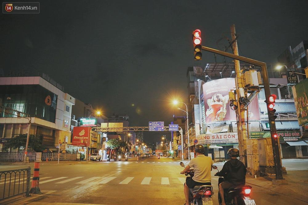 Người vô gia cư lay lắt trong đêm đầu Sài Gòn giãn cách: Con không có nhà, tối con ra Cầu Mống mà ngủ - Ảnh 1.