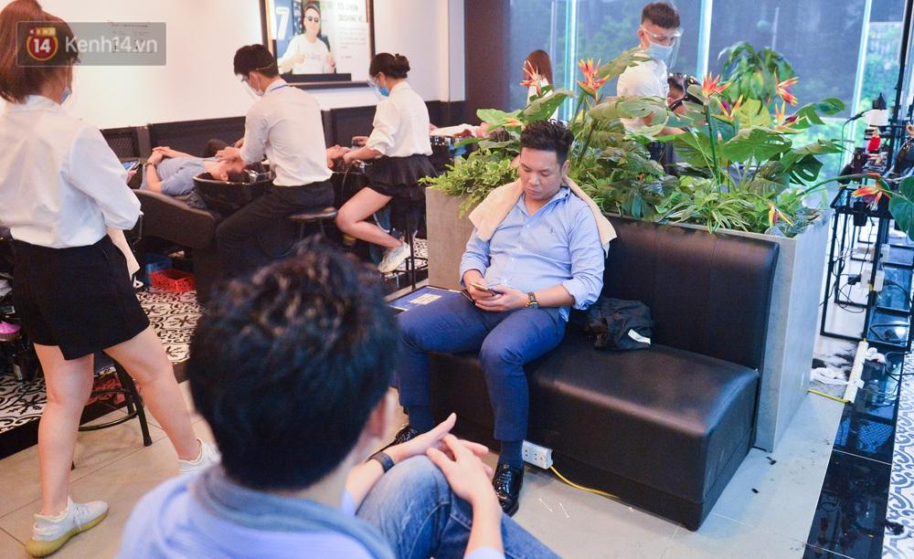 Ảnh: Người Hà Nội đổ xô đi cắt tóc, nhiều người phải quay xe vì tiệm quá tải, không nhận thêm khách - Ảnh 2.