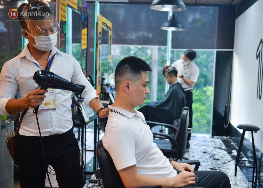 Ảnh: Người Hà Nội đổ xô đi cắt tóc, nhiều người phải quay xe vì tiệm quá tải, không nhận thêm khách - Ảnh 5.