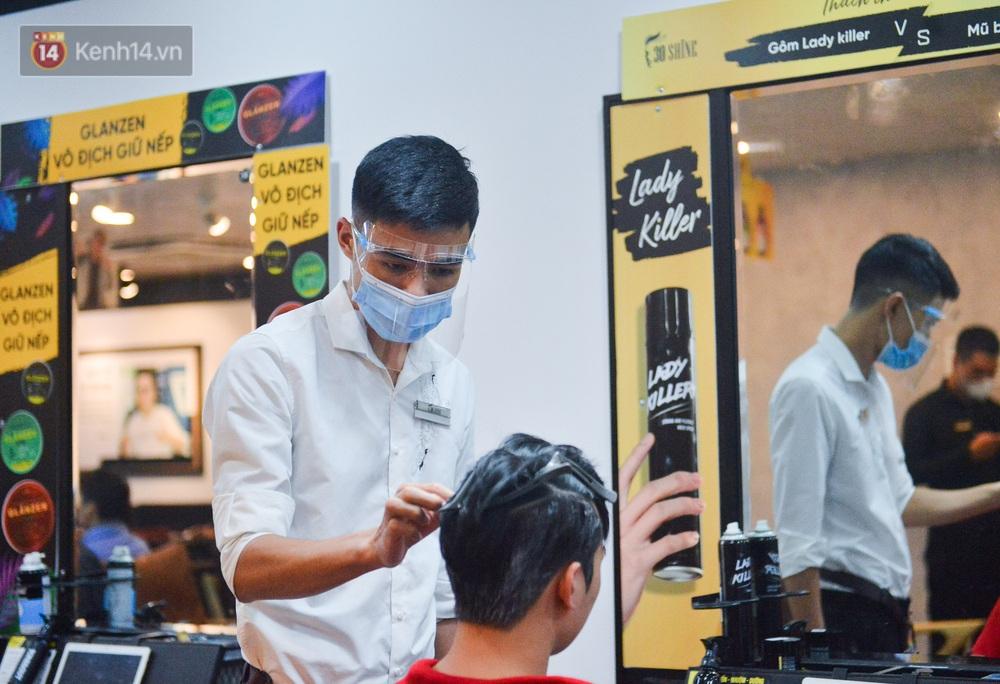 Ảnh: Người Hà Nội đổ xô đi cắt tóc, nhiều người phải quay xe vì tiệm quá tải, không nhận thêm khách - Ảnh 6.