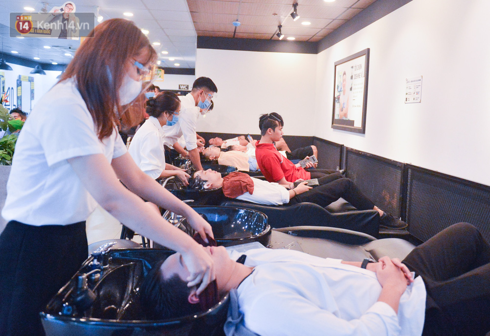 Ảnh: Người Hà Nội đổ xô đi cắt tóc, nhiều người phải quay xe vì tiệm quá tải, không nhận thêm khách - Ảnh 4.