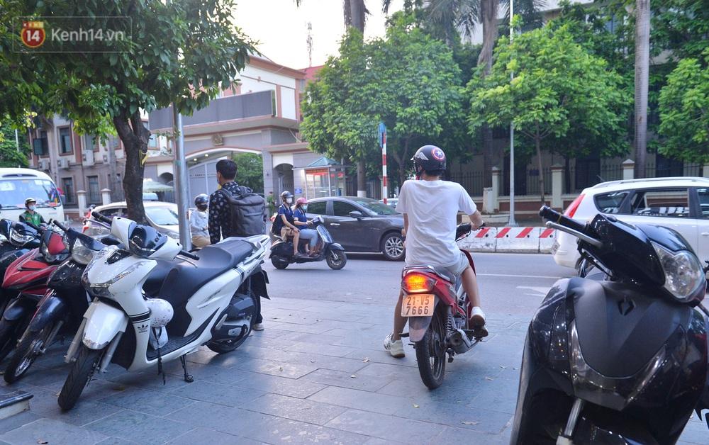 Ảnh: Người Hà Nội đổ xô đi cắt tóc, nhiều người phải quay xe vì tiệm quá tải, không nhận thêm khách - Ảnh 11.