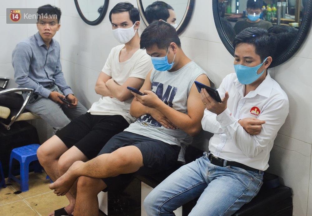 Ảnh: Người Hà Nội đổ xô đi cắt tóc, nhiều người phải quay xe vì tiệm quá tải, không nhận thêm khách - Ảnh 14.
