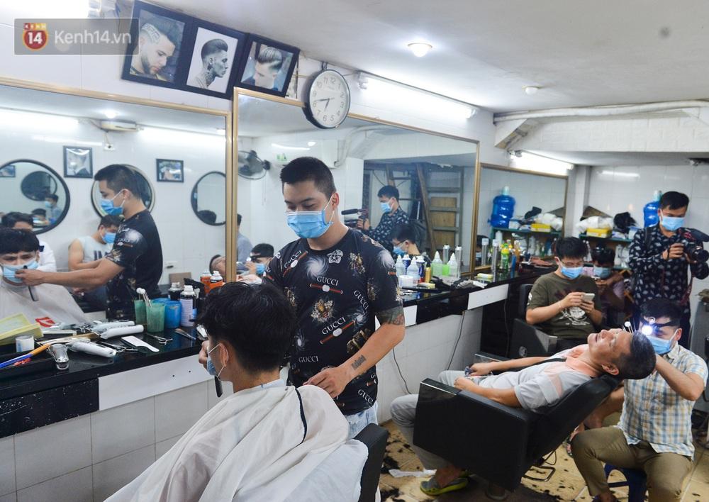Ảnh: Người Hà Nội đổ xô đi cắt tóc, nhiều người phải quay xe vì tiệm quá tải, không nhận thêm khách - Ảnh 13.