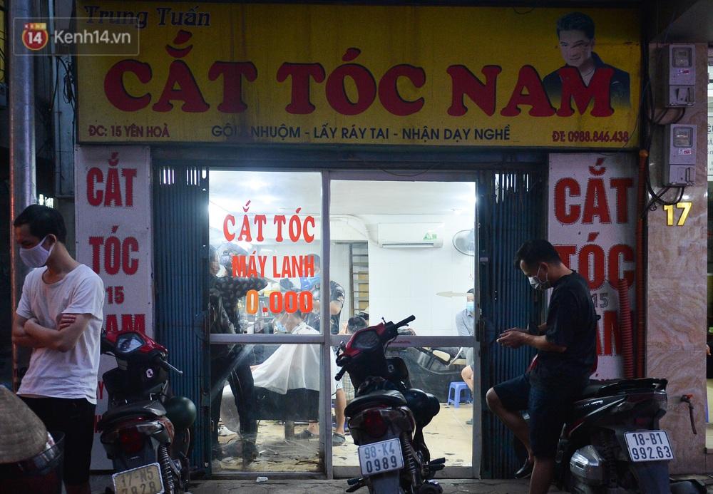 Ảnh: Người Hà Nội đổ xô đi cắt tóc, nhiều người phải quay xe vì tiệm quá tải, không nhận thêm khách - Ảnh 12.