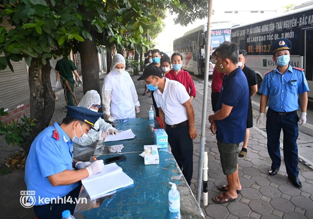 Chùm ảnh: Các chốt kiểm soát tại cửa ngõ Hà Nội bắt đầu hoạt động, nhiều tài xế phải quay đầu vì đến từ vùng dịch - Ảnh 18.