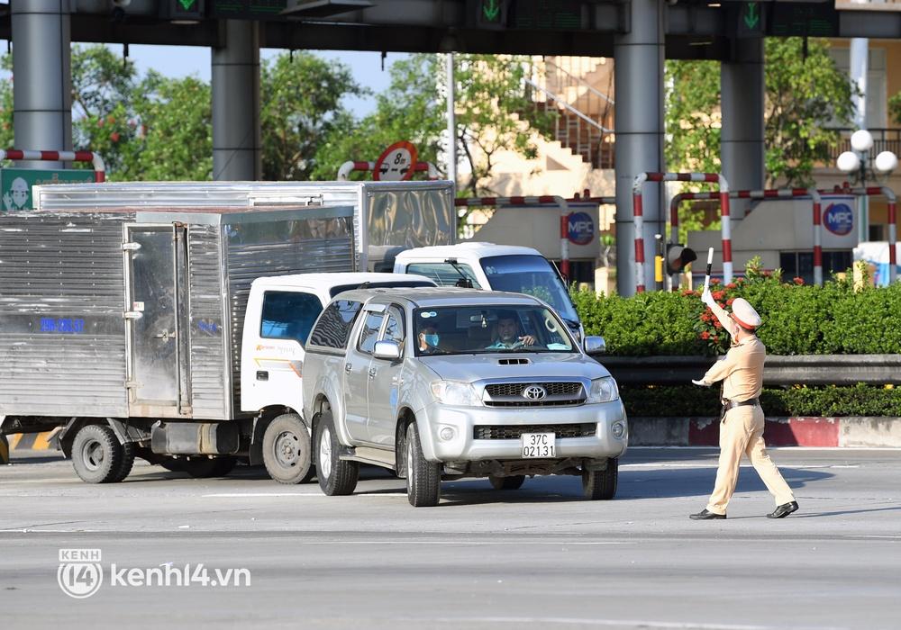 Chùm ảnh: Các chốt kiểm soát tại cửa ngõ Hà Nội bắt đầu hoạt động, nhiều tài xế phải quay đầu vì đến từ vùng dịch - Ảnh 12.
