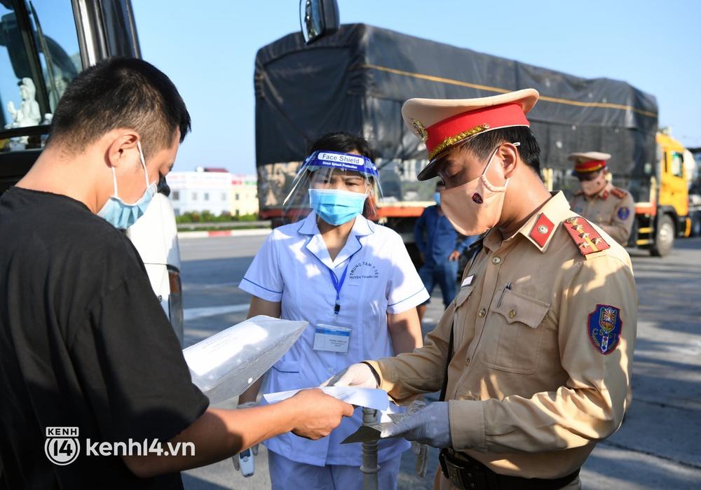 Chùm ảnh: Các chốt kiểm soát tại cửa ngõ Hà Nội bắt đầu hoạt động, nhiều tài xế phải quay đầu vì đến từ vùng dịch - Ảnh 8.