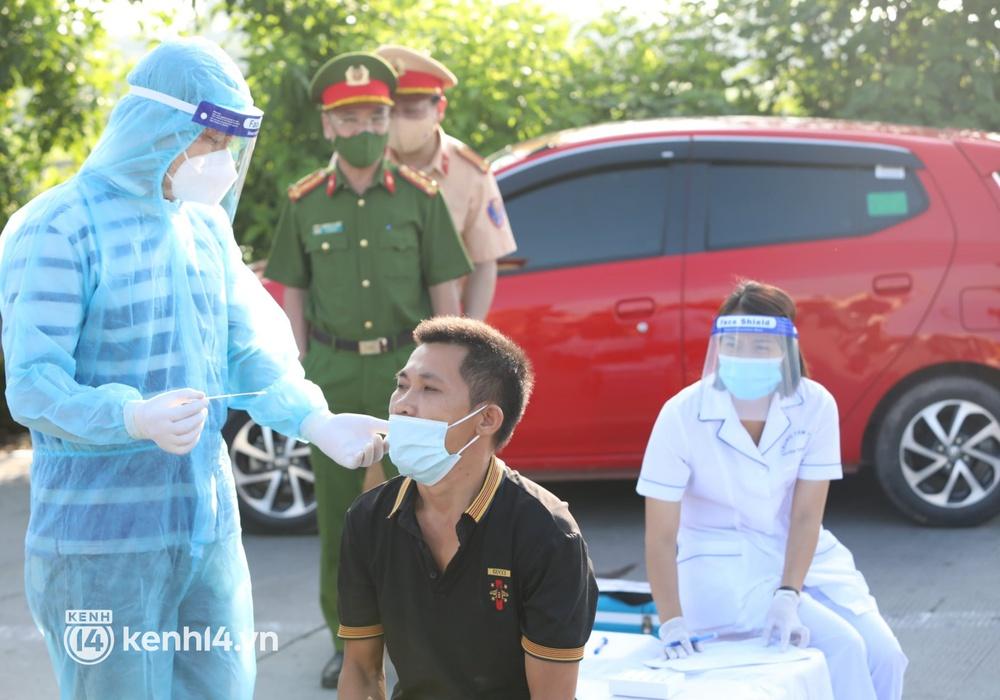 Chùm ảnh: Các chốt kiểm soát tại cửa ngõ Hà Nội bắt đầu hoạt động, nhiều tài xế phải quay đầu vì đến từ vùng dịch - Ảnh 11.