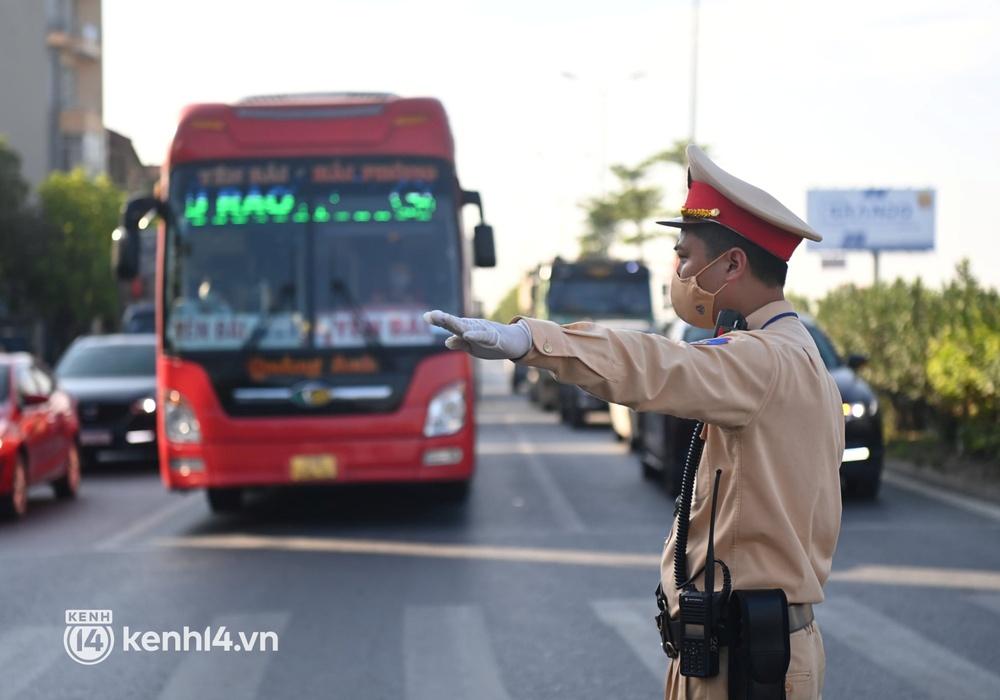 Chùm ảnh: Các chốt kiểm soát tại cửa ngõ Hà Nội bắt đầu hoạt động, nhiều tài xế phải quay đầu vì đến từ vùng dịch - Ảnh 16.