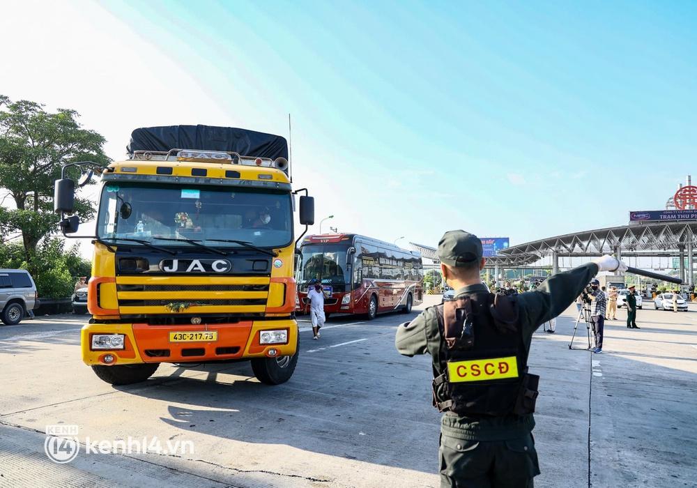 Chùm ảnh: Các chốt kiểm soát tại cửa ngõ Hà Nội bắt đầu hoạt động, nhiều tài xế phải quay đầu vì đến từ vùng dịch - Ảnh 13.
