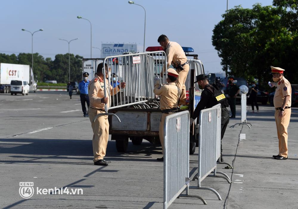 Chùm ảnh: Các chốt kiểm soát tại cửa ngõ Hà Nội bắt đầu hoạt động, nhiều tài xế phải quay đầu vì đến từ vùng dịch - Ảnh 5.