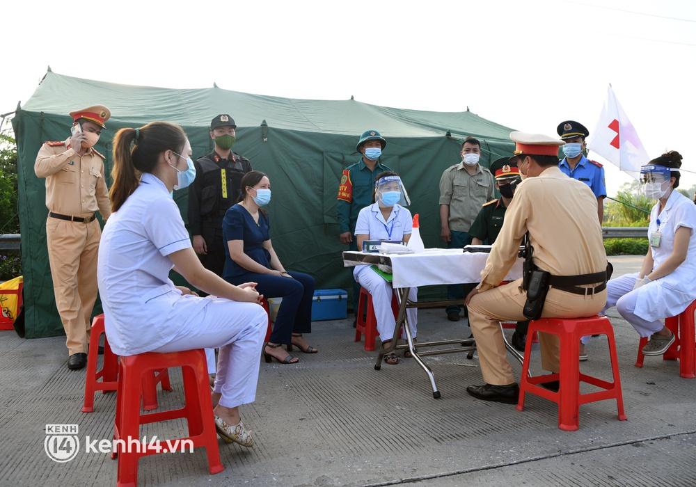 Chùm ảnh: Các chốt kiểm soát tại cửa ngõ Hà Nội bắt đầu hoạt động, nhiều tài xế phải quay đầu vì đến từ vùng dịch - Ảnh 2.