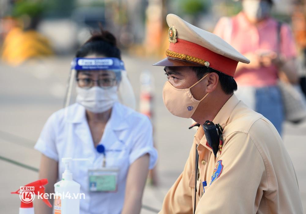 Chùm ảnh: Các chốt kiểm soát tại cửa ngõ Hà Nội bắt đầu hoạt động, nhiều tài xế phải quay đầu vì đến từ vùng dịch - Ảnh 4.