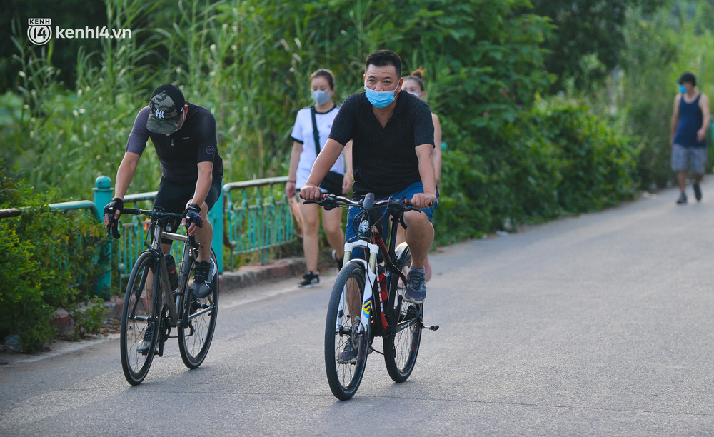 Ảnh: Hà Nội cấm triệt để, hồ Tây lập chốt chặn, hồ Gươm chăng rào kín vẫn không ngăn được người dân tập thể dục - Ảnh 4.