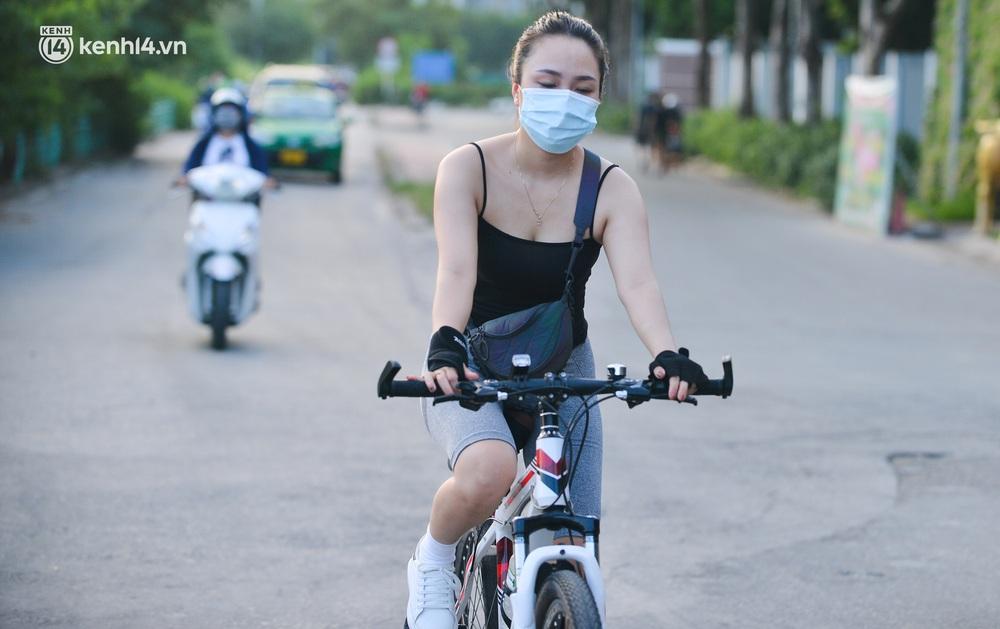 Ảnh: Hà Nội cấm triệt để, hồ Tây lập chốt chặn, hồ Gươm chăng rào kín vẫn không ngăn được người dân tập thể dục - Ảnh 5.