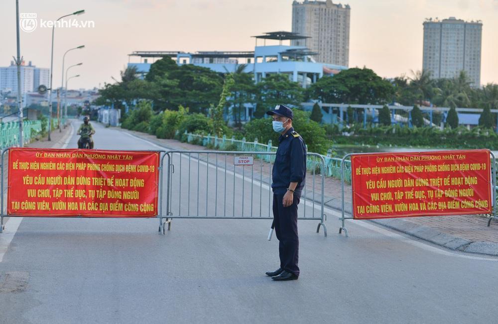 Ảnh: Hà Nội cấm triệt để, hồ Tây lập chốt chặn, hồ Gươm chăng rào kín vẫn không ngăn được người dân tập thể dục - Ảnh 2.