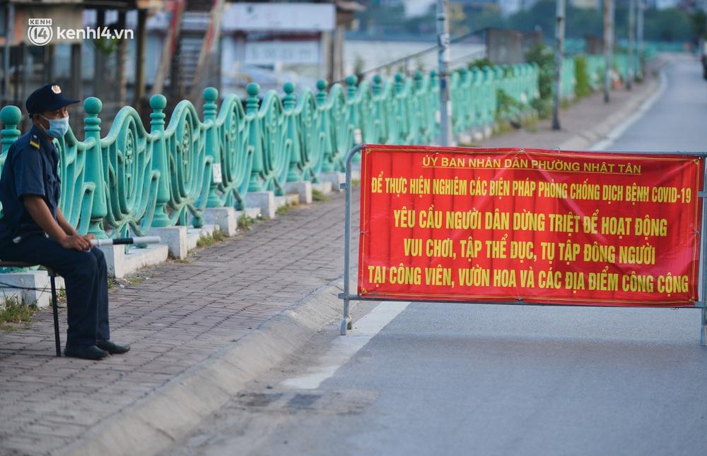 Ảnh: Hà Nội cấm triệt để, hồ Tây lập chốt chặn, hồ Gươm chăng rào kín vẫn không ngăn được người dân tập thể dục - Ảnh 3.
