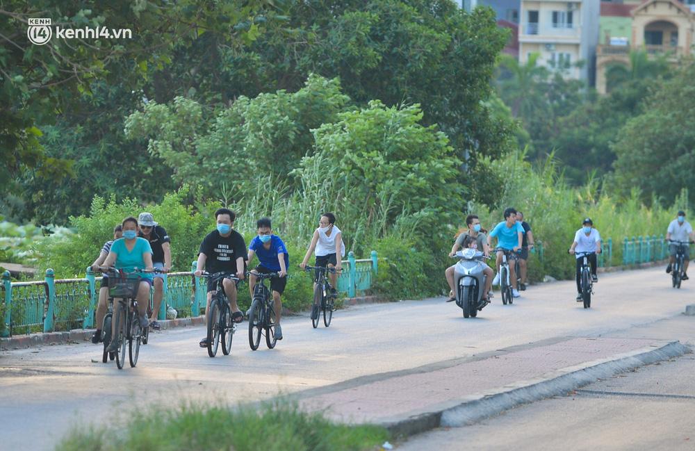 Ảnh: Hà Nội cấm triệt để, hồ Tây lập chốt chặn, hồ Gươm chăng rào kín vẫn không ngăn được người dân tập thể dục - Ảnh 1.